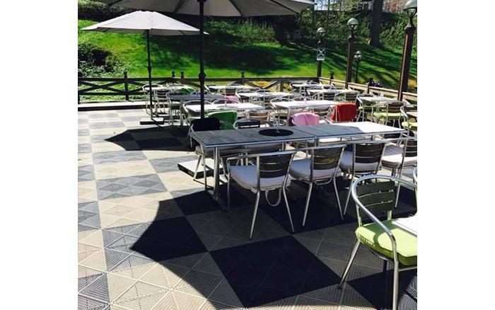 Dekor-Boden für Terrassen mit Kunststoff-Fliesen Typ UNIQUE